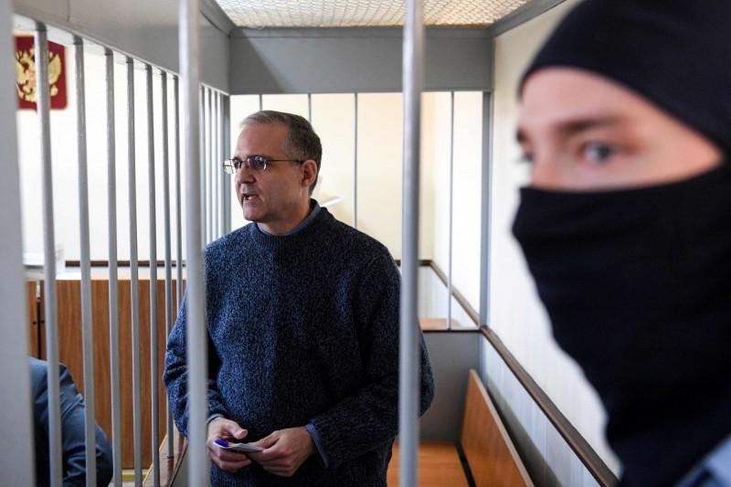 美國有位從陸戰隊退伍的50歲男子保羅·惠蘭(圖左),在2018年赴俄國參加友人婚禮時被俄國當局逮捕,並被控告是「美國間諜」,他在近日被俄國檢方求處20年有期徒刑,而俄國法院最終將在6月15日做出判決。(法新社)