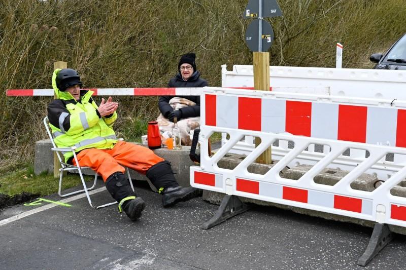 這對德國、丹麥跨國夫妻,在邊境關閉後隔著柵欄見面,現在丹麥決定讓這類伴侶不再因疫情封鎖而分隔兩地。(路透)