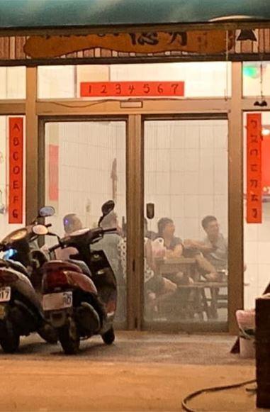網友貼出台灣1戶人家的門聯,讓網友相當讚嘆。(圖取自爆廢公社)
