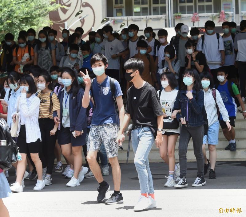 今年國中會考,考生一律全程戴口罩應試。(資料照)