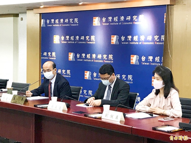 From left, Taiwan Institute of Economic Research president Chang Chien-yi, director Wu Meng-tao and researcher Arisa Liu hold a news conference in Taipei yesterday. Photo: Lee Ya-wen, Taipei Times