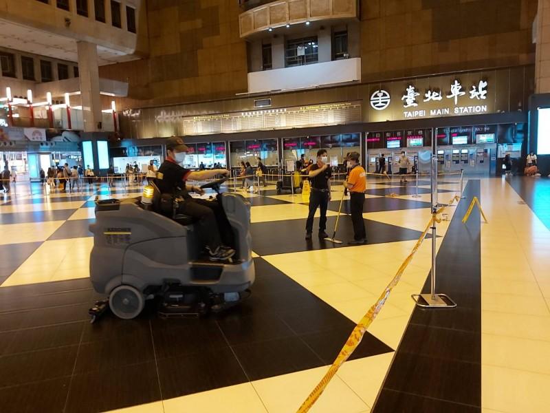 台鐵澄清,是為了消毒作業才暫時封鎖大廳。(圖擷取自交通部台灣鐵路管理局臉書)