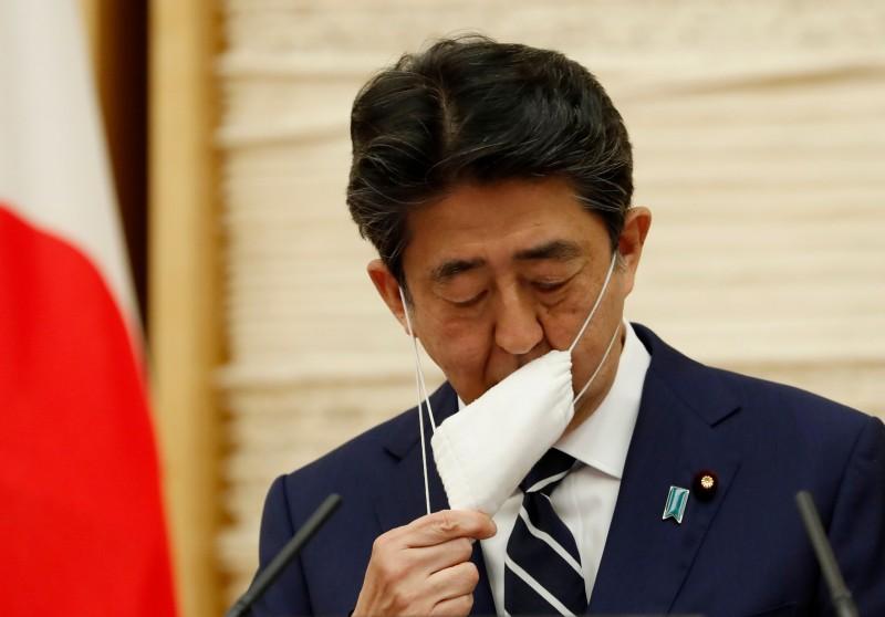 日本首相安倍晉三在二十五日傍晚宣布,解除東京等最後五個都道縣的緊急狀態。(法新社)
