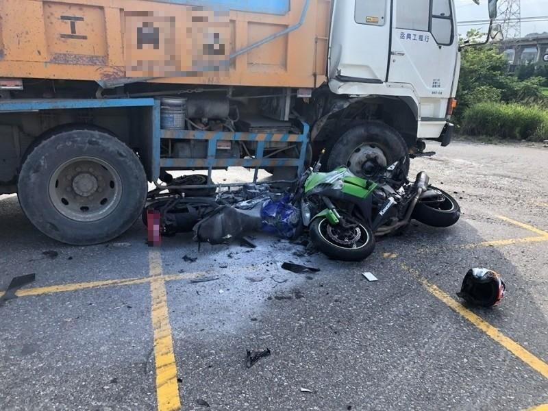 砂石車與2重機相撞,車禍現場一片狼籍。(記者歐素美翻攝)