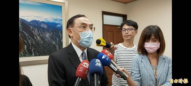 法務部長蔡清祥(右三)表示,此案靜待高雄地檢署調查結果。(記者陳慰慈攝)