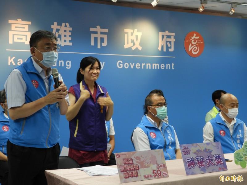 高雄市經發局長伏和中(左)說明5千萬振興計畫內容。(記者葛祐豪攝)