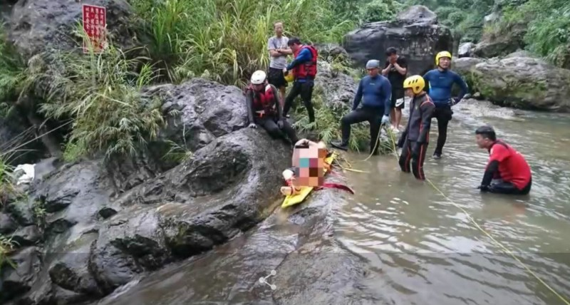 太平仙女瀑布網傳是「秘境」,不過近3年已有4人溺斃,消防人員呼籲別再來戲水了。(記者陳建志翻攝)