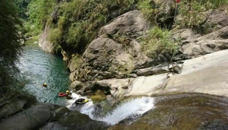 太平仙女瀑布網傳是「秘境」,不過近3年已有4人溺斃,消防人員呼籲別再來戲水了。 (記者陳建志翻攝)