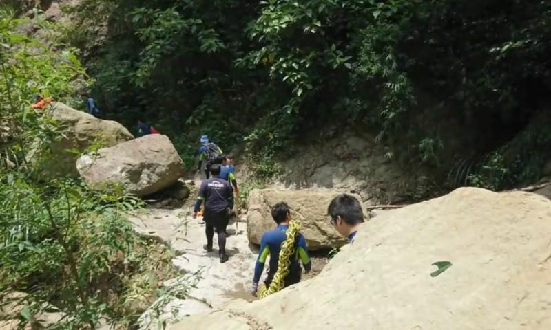 通往仙女瀑布的道路,沿途都是坍方、落石,連消防員前往救援都要默禱平安返隊。(記者陳建志翻攝)