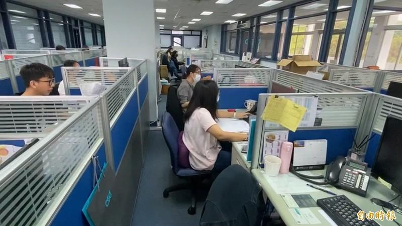 中衛公司銷售部門連日來電話響不停,工作人員接電話接到手軟。(記者張聰秋攝)
