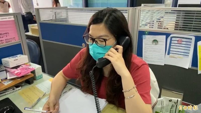 工作人員耐心回答民眾想買口罩的問題。(記者張聰秋攝)