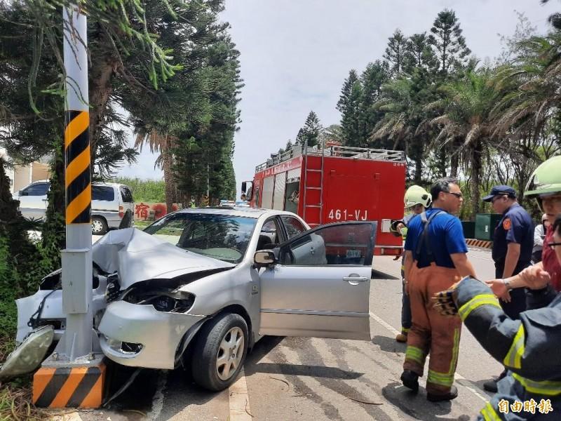 澎湖203號縣道許家段,發生銀色自小客車自撞路邊電線桿車禍。(記者劉禹慶攝)