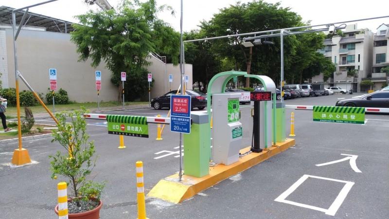 南市交通局針對公有委外停車場經營業者祭出紓困措施,減收今年3至5月經營權利金。(記者洪瑞琴翻攝)