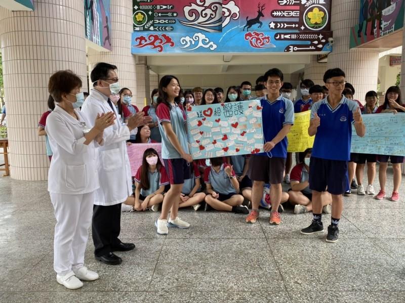 中港高中學生在海報上寫下心聲,感謝童綜合醫院的醫護人員。(中港高中提供)