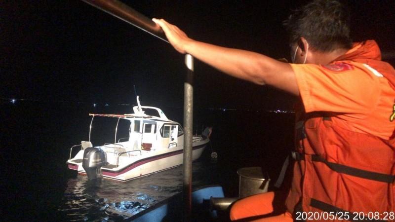 自用小船油管破裂海面漂流,澎湖海巡隊緊急派員馳援。(澎湖海巡隊提供)