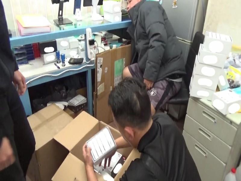 保二總隊查扣上千個機上盒的成品或半成品。(記者張瑞楨翻攝)