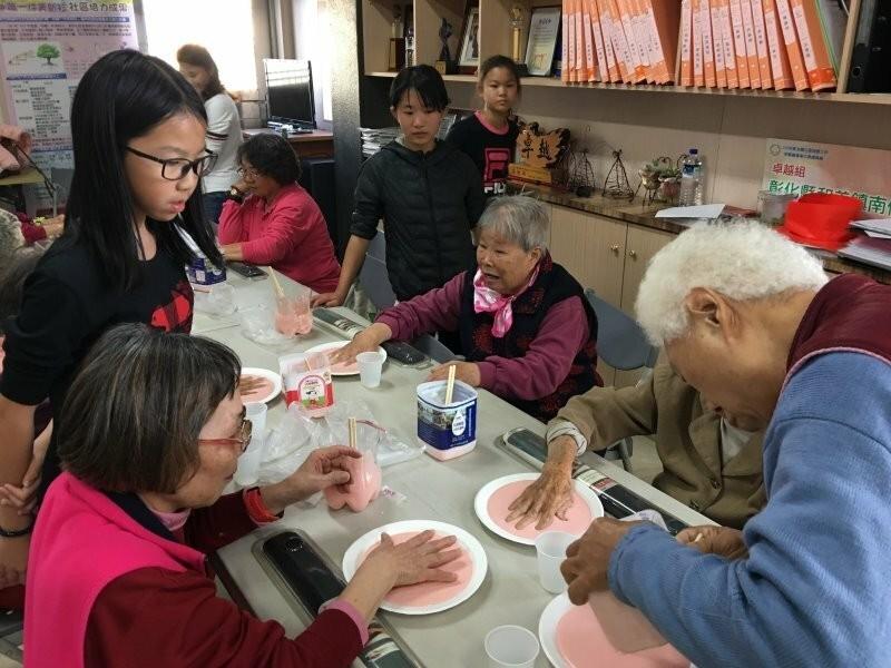 和仁國小以「發現幸福‧愛在南佃」為主題,師生走入社區,體驗社區與居民的連結。(圖彰化縣政府提供)