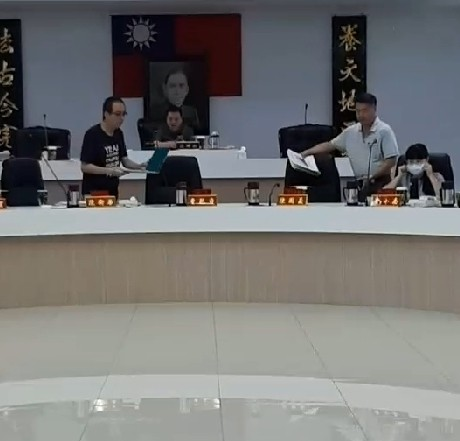 曹乾舜缺席鎮代會議,質詢由主祕陳國義發言。(記者張議晨翻攝)