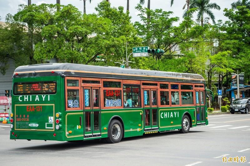 電動公車成嘉義市廣告!不只復古外型 英倫風站牌也超可愛