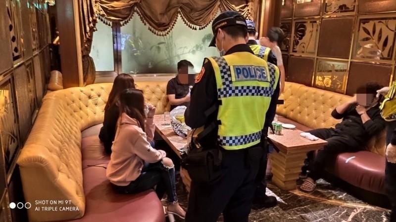 政府對八大行業的禁令不一,圖為警方臨檢台中市知名的金錢豹酒店。(記者張瑞楨翻攝)