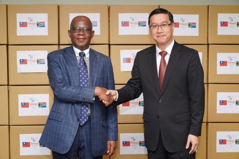 外交部常次曹立傑(右)代表我國捐贈南非共和國5萬片醫療口罩,由南非駐台代表麥哲培(左)代表受贈。(外交部提供)