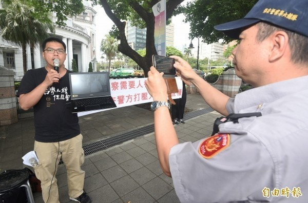 台灣人權促進會秘書長施逸翔(左)透露,至少已有200多名香港抗爭者來台,約有10分之1通過陸委會與移民署聯審會審查。(資料照)