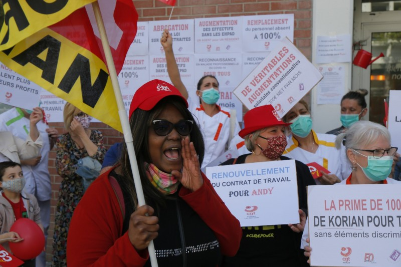 醫護人員在科里安老人護理之家外示威,要求政府在疫情期間提高薪資。(美聯社)