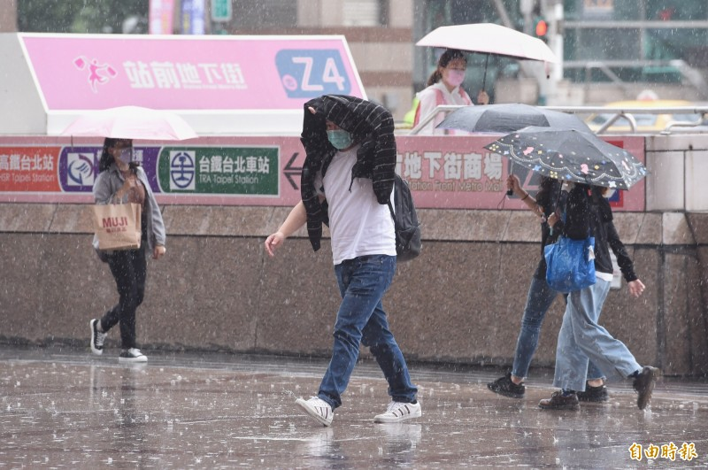 梅雨鋒面深夜來襲!週三威力最強 全台嚴防豪大雨
