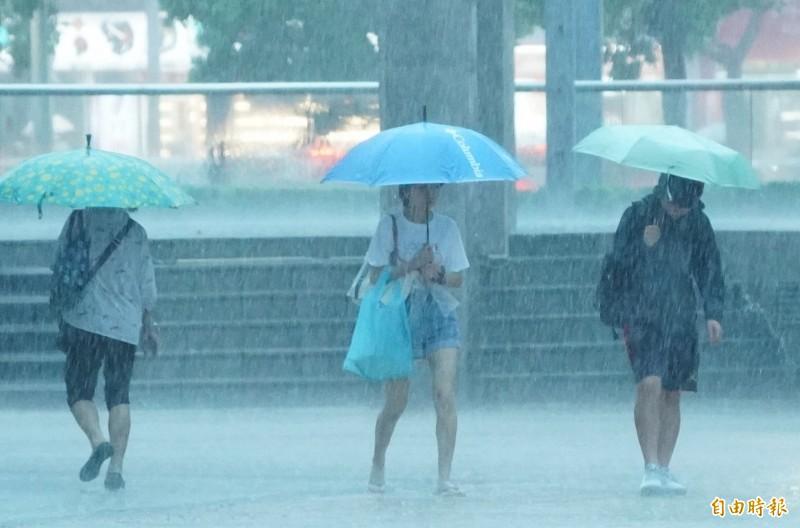 今晚入夜後至明天(27日)嚴防局部大雨或豪雨,明(27日)上半天降雨最強。(資料照)