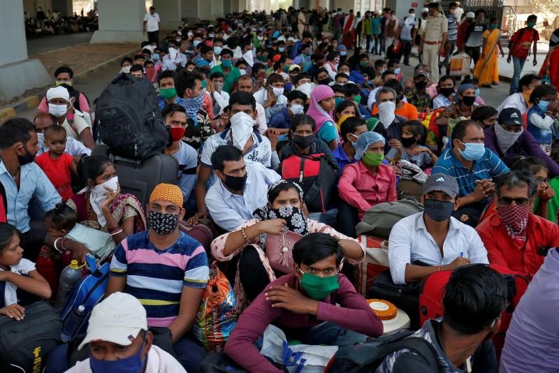 印度大批移工排隊等候搭乘前往家鄉比哈爾邦的列車。(路透)