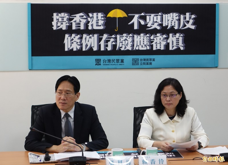 民眾黨召開記者會,民眾黨團總召賴香伶(右)、副總召張其祿(左)出席。(記者王藝菘攝)
