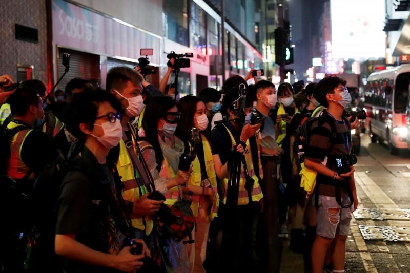 中國人大預計5月28日強推「港版國安法」,香港自由與司法獨立的喪鐘也即將敲響,首當其衝是香港媒體面臨噤聲與打壓。圖為香港記者們。(路透)