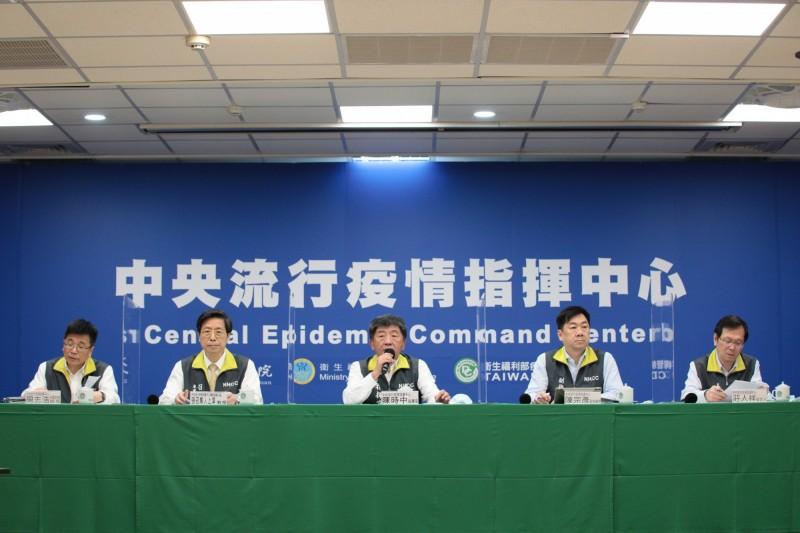 指揮中心表示,中華職棒等活動不再限制入場人數,端午節連假雙鐵也可販賣飲食,但大甲媽遶境人數眾多,則仍不鼓勵。(指揮中心提供)
