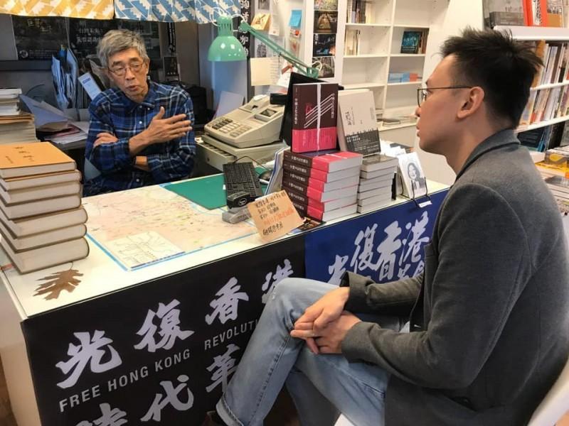 民進黨副秘書長林飛帆今於臉書表示,今拜訪銅鑼灣書店老闆林榮基,也向他說明蔡總統說法不是放棄香港,而是要同國際所有民主夥伴一起,他並強調「台灣不會割席」。(取自臉書)