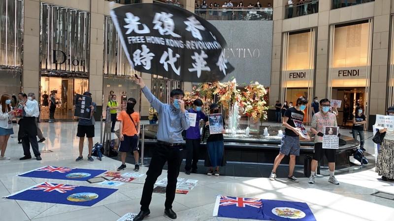 港民高舉「光復香港」旗幟,為明日527大三罷活動集氣。(娛賓提供)
