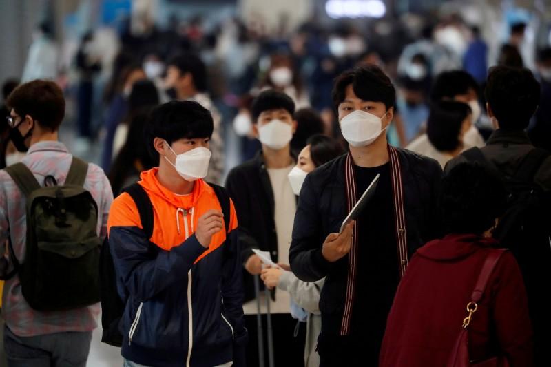 韓國今開始實施不戴口罩不準乘坐公共交通工具政策。(路透)