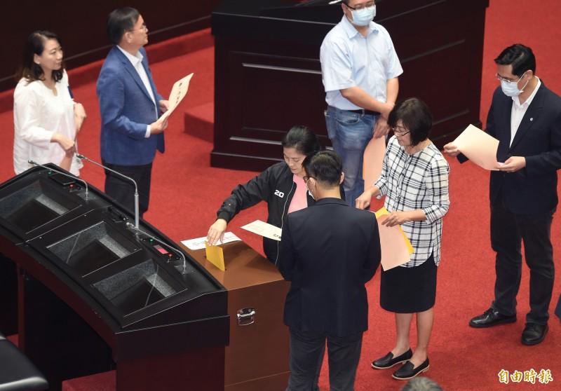 立法院會今進行促轉會人事同意權投票,主委被提名人楊翠獲得72張同意票,出任促轉會主委。(記者廖振輝攝)