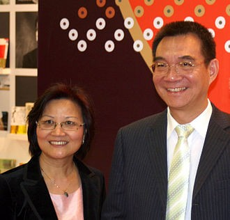 中國人大台灣代表陳雲英(左)和丈夫台灣叛逃軍官林毅夫。(圖擷取自網路維基百科)