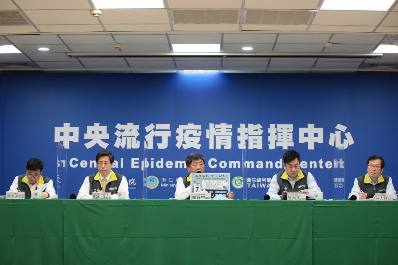 中央流行疫情指揮中心今天公布磐石艦調查,確認有「4波人傳人疫情」,且確定病例中最早發病日為「抵達帛琉之前」,且「感染源不明」。(圖由指揮中心提供)