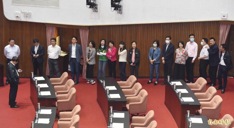 立法院會6日進行促轉會人事同意權投票,民進黨立委一早就先「固守」議場主席台,預防在野黨杯葛。(記者廖振輝攝)