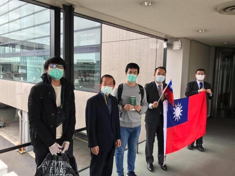 我國滯留俄羅斯的留學生、僑民等96人搭乘日本航空(JAL)包機,今天上午抵達日本成田機場,預定下午轉機返回桃園機場,駐日代表謝長廷(左2)一早也到機場迎接國人。(取自謝長廷臉書)