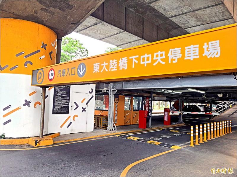新竹市政府五月起在東大陸橋與頂竹圍公有停車場實施月租車位新制度,每兩年重新抽籤。圖為東大陸橋停車場。(記者洪美秀攝)