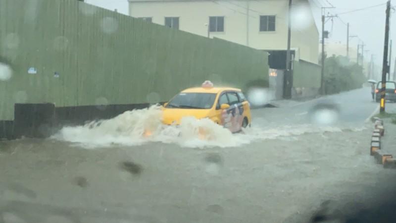 高雄鳥松區神農路接近瓦厝街路段,又出現積水狀況。(邱俊憲提供)