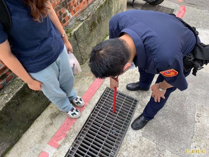 阮姓警員利用掃把柄加上雙面膠將學生證黏起來(記者吳昇儒翻攝)