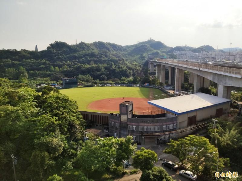 基隆市長林右昌規劃在市立棒球場後方的山坡地,打造佔地四十一公頃的大武崙森林運動公園。(記者林欣漢攝)