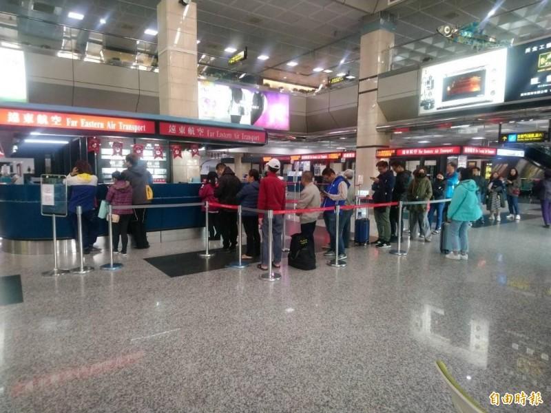 遠東航空去年底無預警退出空中市場,在澎湖機場櫃檯成為歷史。(記者劉禹慶攝)