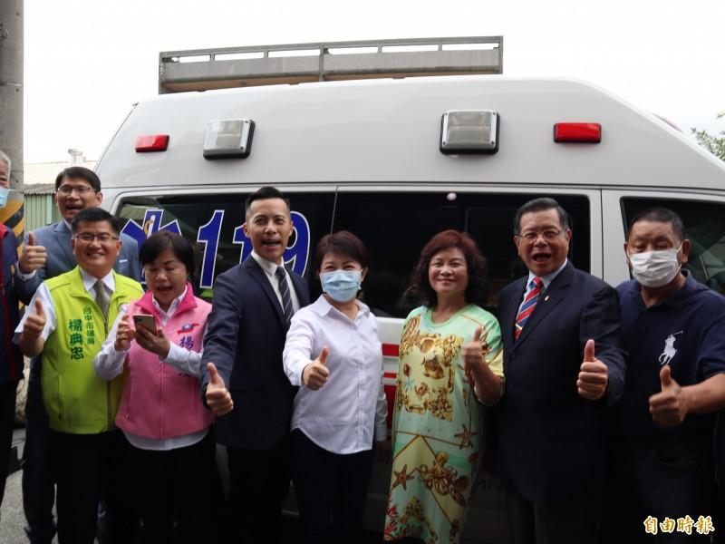 明昌國際工業股份有限公司捐贈價值340萬元的高頂救護車1輛給予台中市消防局。(記者歐素美攝)