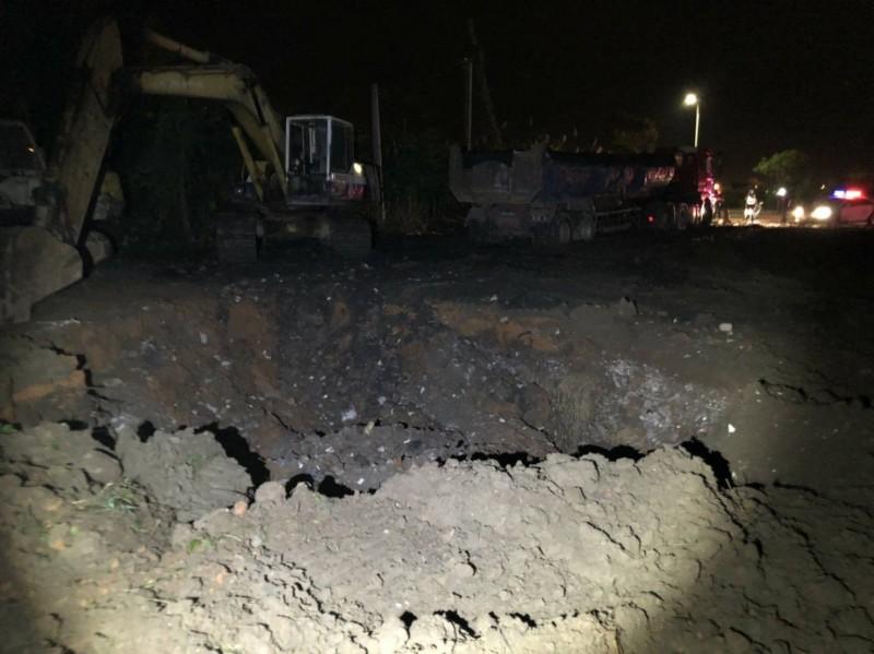 不肖業者於空地挖大坑,意圖趁夜傾倒廢棄建材,遭警方埋伏逮個正著。(記者鄭名翔翻攝)