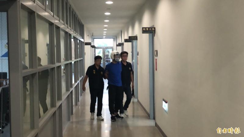兆豐銀行中科分行搶匪抓到了!朱姓嫌犯(中)今天在嘉義落網,警方帶回偵訊。(記者歐素美攝)
