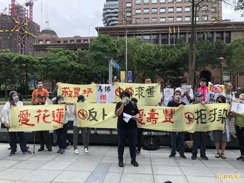花蓮鄉親今天北上抗議,要求卜蜂養雞場滾出花蓮。(記者羅綺攝)
